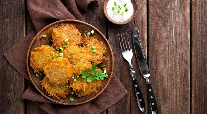 Le frittelle di patate e cipolle, la ricetta ideale per l'antipasto