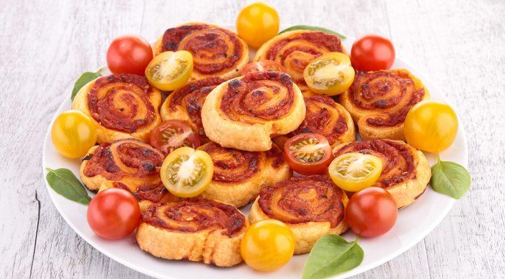Le girelle di pasta sfoglia al pomodoro e mozzarella perfette per l'aperitivo