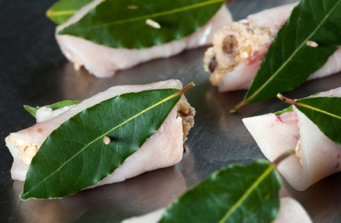 Come fare gli involtini di pesce spada alla messinese: ecco la ricetta