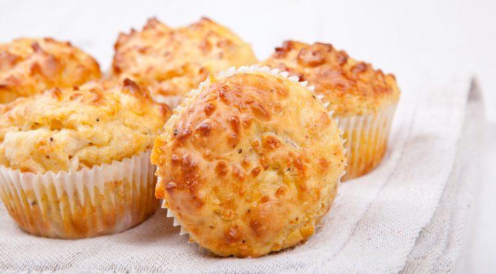 I muffin wurstel e scamorza per uno snack salato