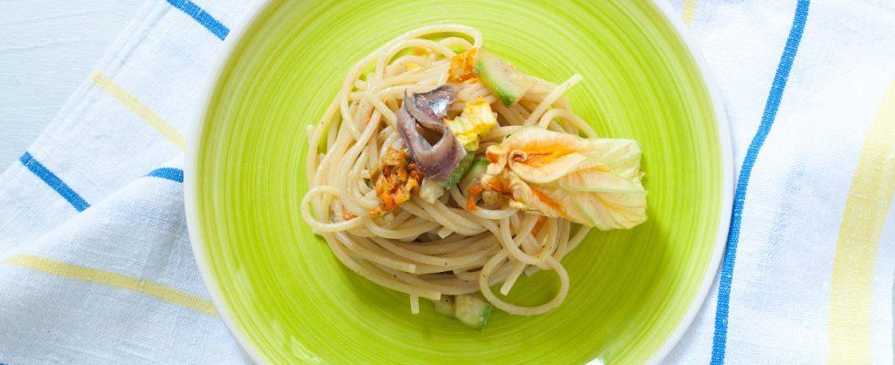 La pasta con fiori di zucca e alici: la ricetta  per pranzi veloci