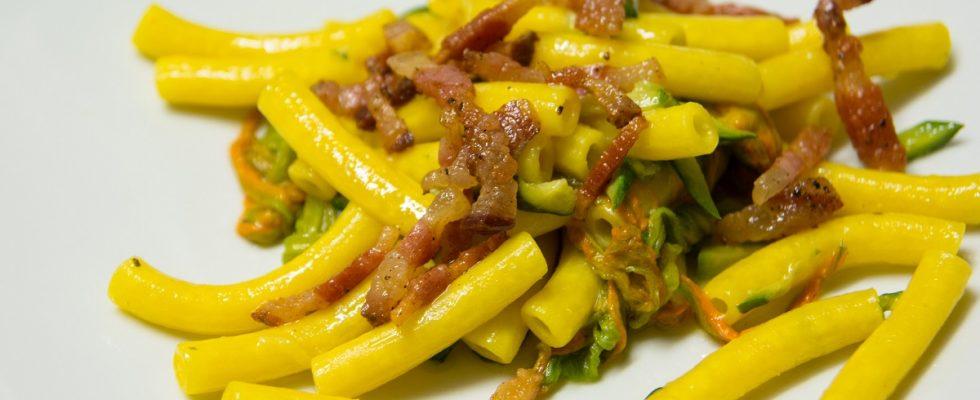 La pasta con fiori di zucca e pancetta con la ricetta gustosa