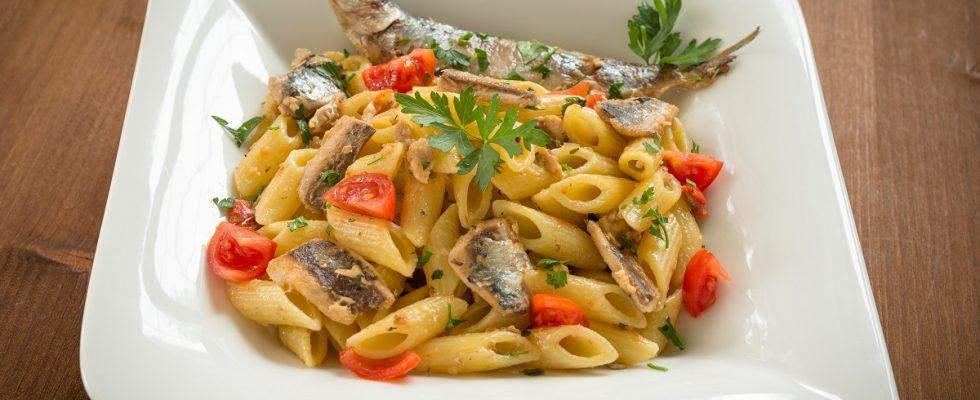 Come fare la pasta con sarde e pomodorini, la ricetta facile