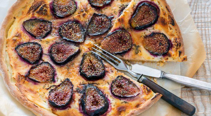 Come preparare la pizza ai fichi e gorgonzola: la ricetta da seguire