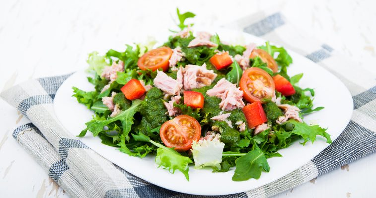 L'insalata con rucola e tonno per un contorno leggero