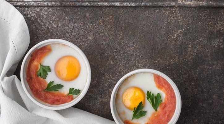Le uova al tegamino con sugo di pomodoro, la ricetta facile da preparare