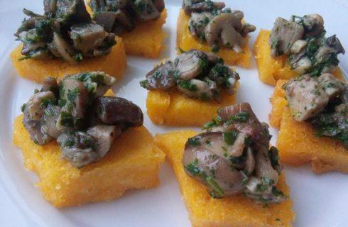 I crostini di polenta con funghi e gorgonzola adatti all'aperitivo