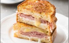 Il french toast salato al forno con la ricetta sfiziosa