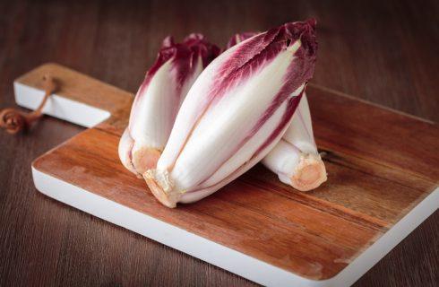 La vellutata di radicchio e patate per una cena leggera