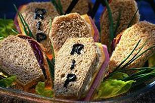 Come preparare i sandwich bara per l'aperitivo di Halloween