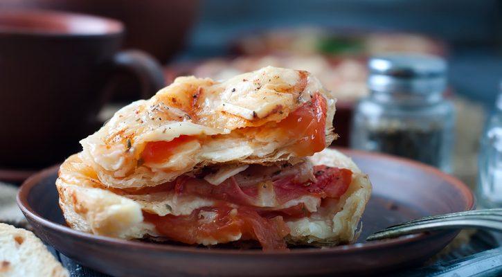 La sfoglia ripiena di pomodoro e mozzarella perfetta per la cena