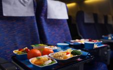 Cosa non mangiare (e bere) in aereo