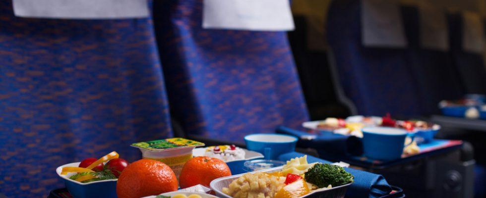 Bon ton: cosa NON mangiare (e bere) in aereo