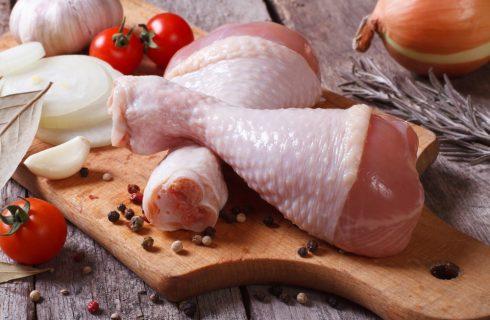 Come pulire il pollo crudo? Mai sotto l'acqua corrente