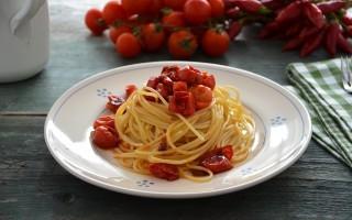 Spaghetti con pomodorini scattarisciati