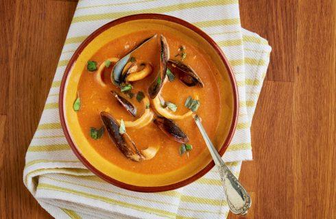 La zuppa di zucca e cozze per una cena speciale