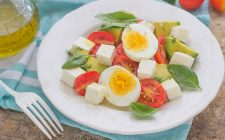 still-life-insalata-con-avocado-uova-e-formaggio