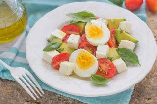 Insalata con avocado, uovo e formaggio