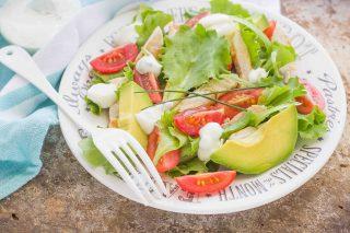Insalata pollo e avocado: perfetta per tenersi leggeri