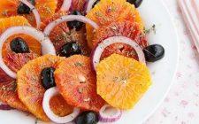 L'insalata di arance e olive nere per un contorno sfizioso