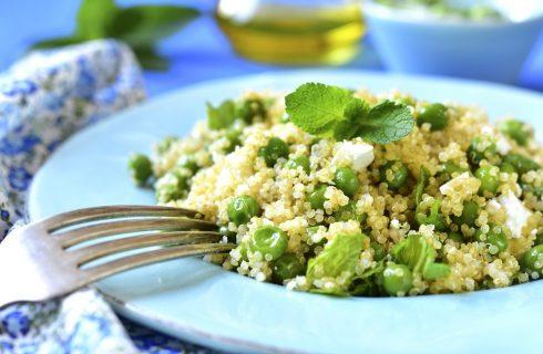 La ricetta semplice della quinoa con piselli