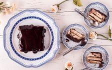 La torta di biscotti secchi e crema per il dessert di fine pasto