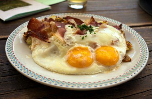 Come preparare le uova patate e speck alla trentina