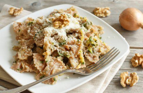 Pasta con crema di carciofi, zucchine e noci