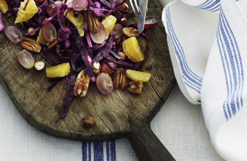 Insalata di cavolo, uva, arance e noci