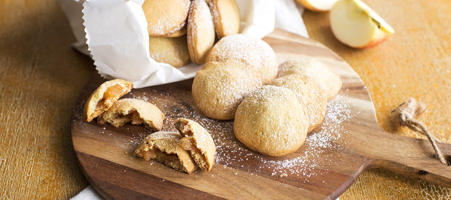 Biscotti morbidi farciti con composta di mele