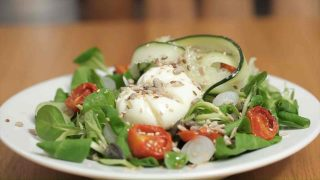 Insalata valeriana e uova: leggera e nutriente