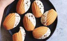 Le madeleine glassate con cioccolato bianco: ecco la ricetta