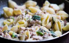 La pasta con zucchine tonno e panna con la ricetta veloce