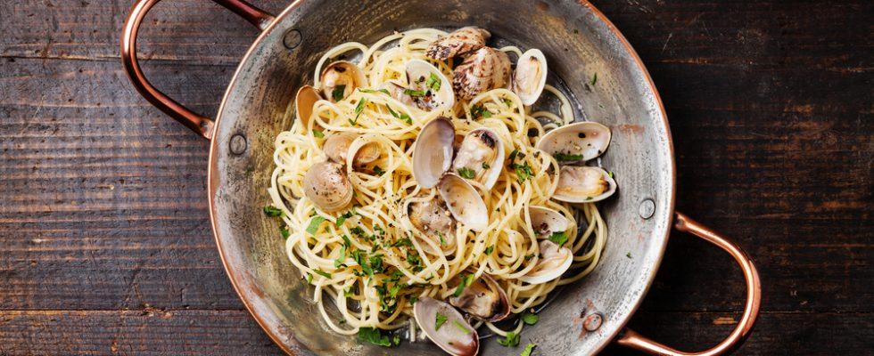 Spaghetti con le vongole, in bianco VS in rosso: chi vincerà?