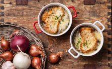 La zuppa di cipolle e zucca con la ricetta per le sere d'inverno
