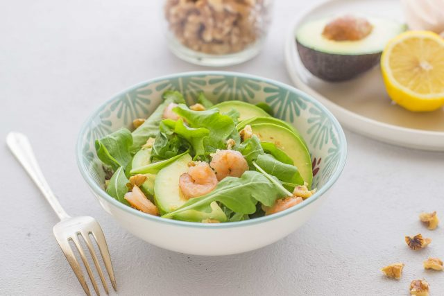 still-life-insalata-con-avocado-noci-e-gamberi