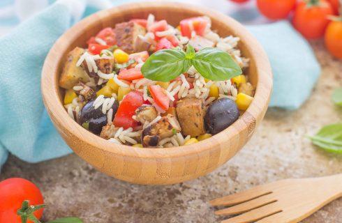 Insalata di riso vegan con melanzane e tofu