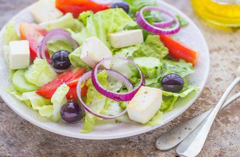 Insalata greca vegana con tofu e olive