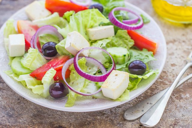 still-life-insalata-greca-vegana-con-tofu-e-olive-3