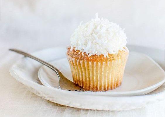 I cupcake al cioccolato bianco e cocco per uno sfizio goloso
