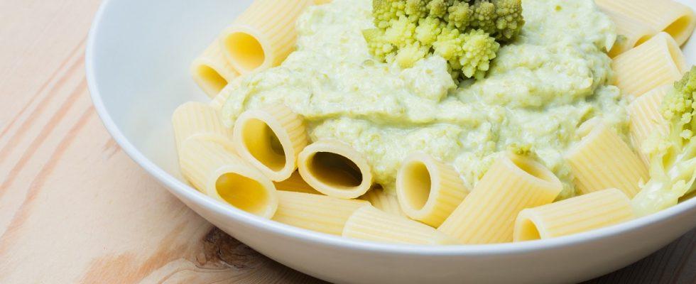 La pasta con il broccolo romanesco con la ricetta tradizionale