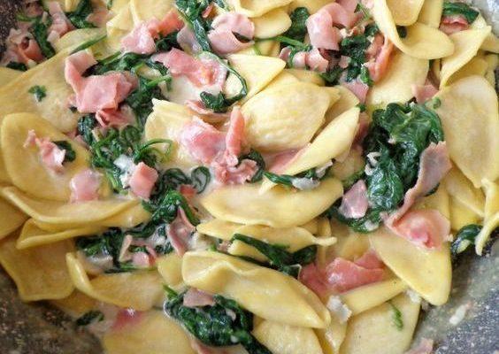La pasta con spinaci e prosciutto cotto con la ricetta adatta ai bambini