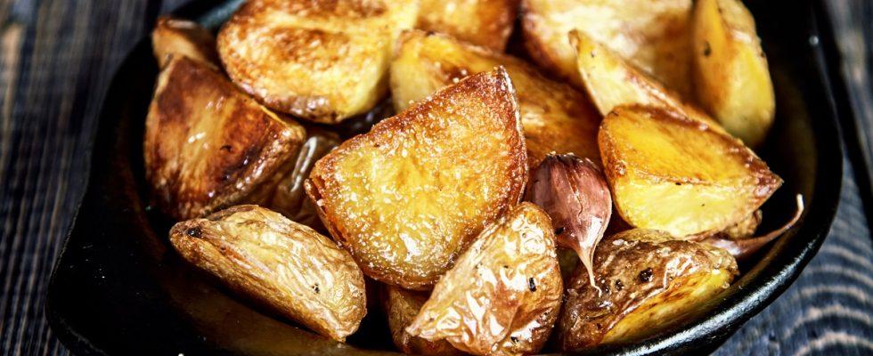 Le patate al forno con lime e pepe rosa con la ricetta semplice
