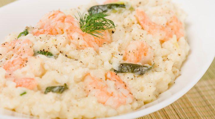 Il riso agli asparagi e gamberetti per un primo allettante