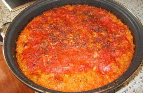 Il riso al forno con besciamella e pomodoro per il pranzo in famiglia