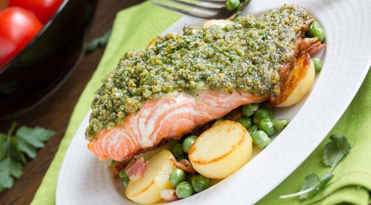 Il salmone in crosta di pistacchi e nocciole per una cena raffinata