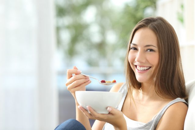 mangiare dalla bowl sul divano