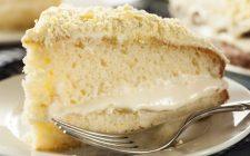 La torta farcita con crema al mascarpone per il dessert di fine pasto