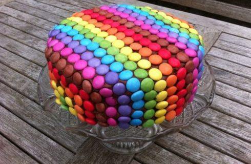 Come fare la torta smarties di Carnevale con i bambini