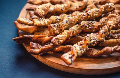 I grissini di pasta sfoglia con pomodori secchi con la ricetta veloce